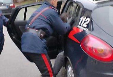 Prima danneggia il citofono della caserma, poi aggredisce i Carabinieri: extracomunitario in manette