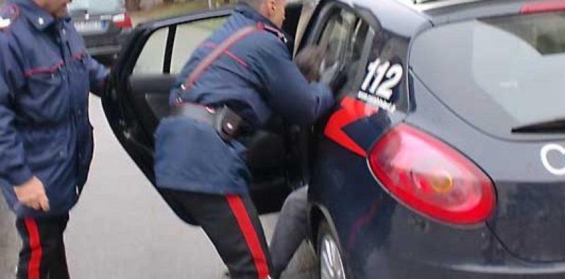 Cocaina nelle manopole per reclinare i sedili dell'auto: arrestato pusher 58enne