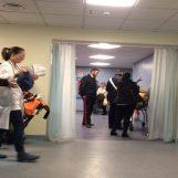 Muore in ospedale, i parenti fanno irruzione e aggrediscono i medici