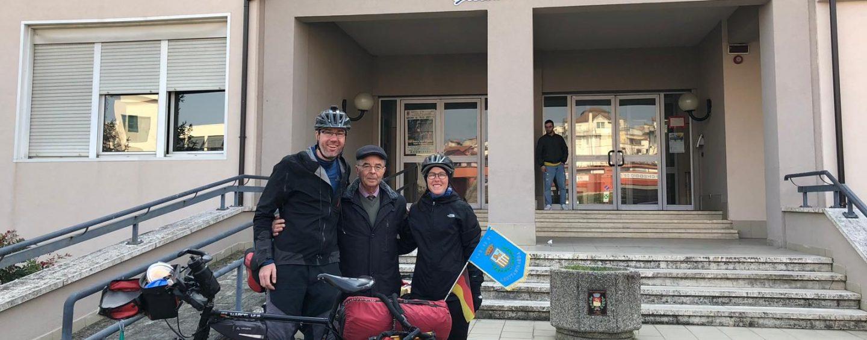Traversata Germania-Singapore in bici, la coppia fa tappa a Grottaminarda