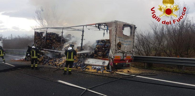 Camion che trasporta pasta prende fuoco sull'A16: lunghe code in direzione Napoli
