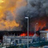Maxi incendio a Casoria: nube di fumo da una fabbrica