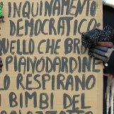 """VIDEO/ No alla fonderia a Pianodardine, la neve non ferma la protesta: """"Basta veleni"""""""