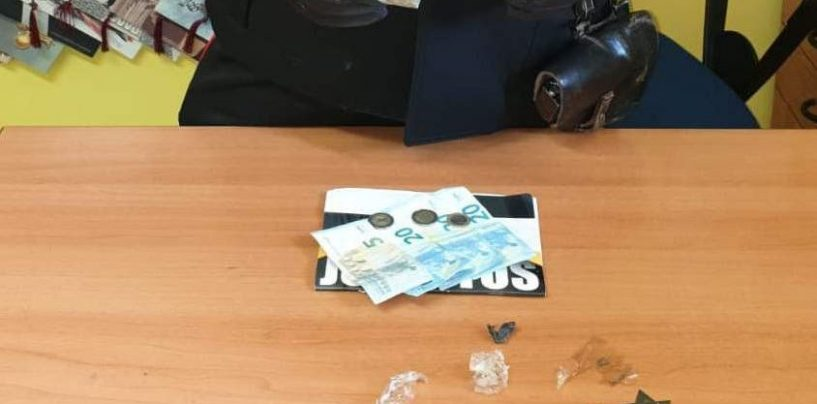 Beccato a cedere droga a due persone: arrestato pusher 25enne