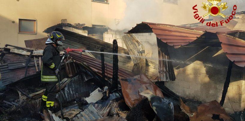 In fiamme due depositi di legno e lamiere: lungo intervento dei caschi rossi