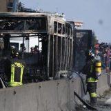 Terrore sul bus: sequestra 51 studenti e dà fuoco al mezzo