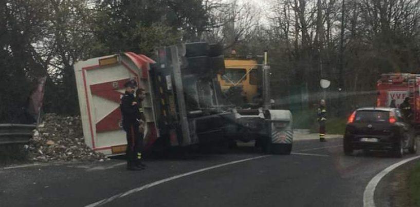 Camion perde rimorchio sulla Statale 7 Appia: nessun ferito ma traffico in tilt