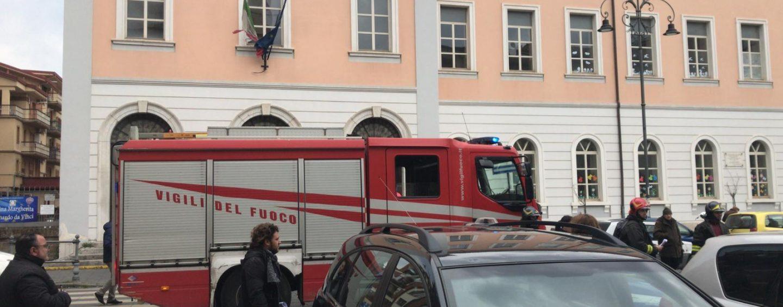 """Paura in piazza Libertà durante """"Pompieropoli"""", esplodono due auto a metano: nessun ferito"""