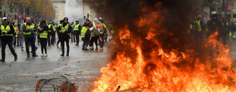 Parigi, gilet gialli in piazza: scontri con la polizia