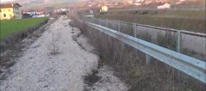 VIDEO / Frana un costone sulla variante di Grottaminarda, allarme e paura tra gli automobilisti