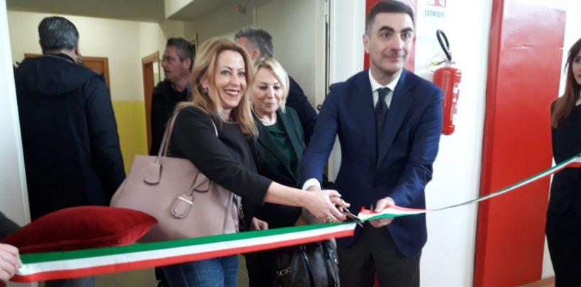 """Aperta, sostenibile, innovativa, taglio del nastro per la scuola Lusi. Fortini: """"Un esempio per la Campania"""""""