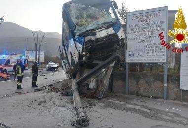 Bus si scontra con auto e finisce fuoristrada, autista ricoverato in ospedale. Sfiorata la tragedia