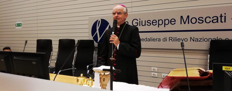 """Il Vescovo Arturo 'incanta' i futuri infermieri del Moscati: """"Non abbiate paura del contatto, il potere delle mani è immenso"""""""