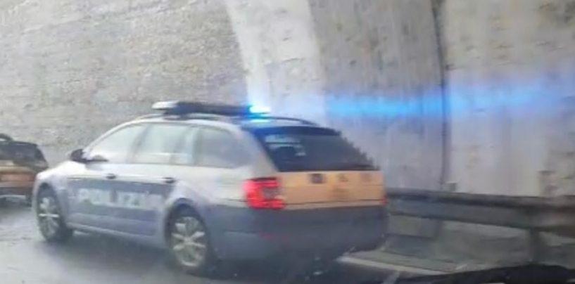 VIDEO/ Auto in fiamme sull'A16 a Pietradefusi, disagi al traffico: nessun ferito
