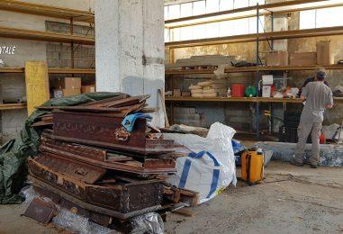 Resti umani ammassati e bare abbandonate, ritrovamento shock in un capannone