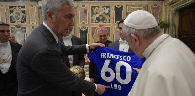 Cosimo Sibilia incontra Papa Francesco e gli dona pallone e maglietta della Lnd