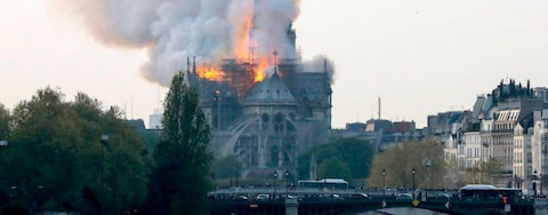 In fiamme Notre Dame di Parigi, crolla la parte superiore della guglia