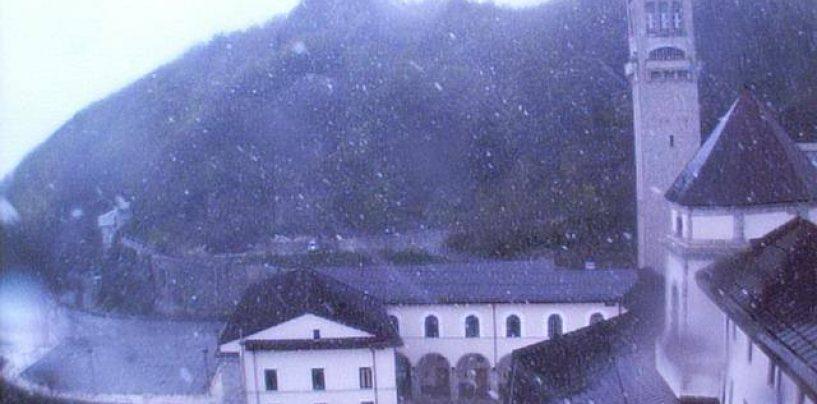 Maggio con la neve in Irpinia, imbiancato il Santuario di Montevergine