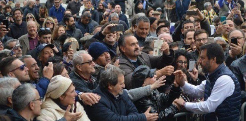 """Salvini in città: tensione, urla e spintoni davanti al cinema """"Partenio"""""""