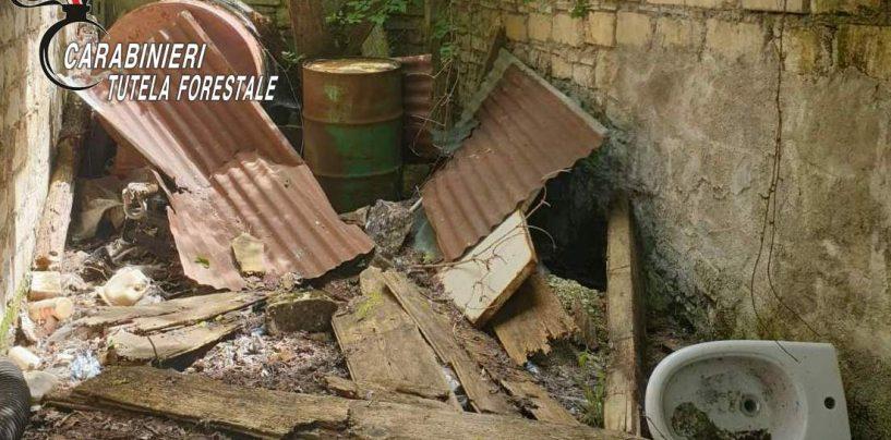 Canna fumaria in amianto e rifiuti cancerogeni, nei guai il proprietario del terreno