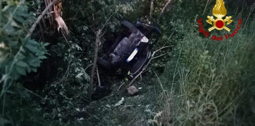Auto finisce nella scarpata dopo un volo di 80 metri: due donne in ospedale