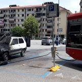 Fiamme a via Piave: automobilista lascia l'auto in sosta e questa prende fuoco