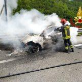 FOTO/ Auto avvolta dalle fiamme sull'A16, spavento per una coppia