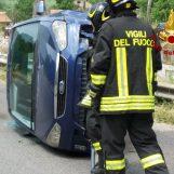Si ribalta con l'auto e rimane incastrata, 55enne salvata dai caschi rossi