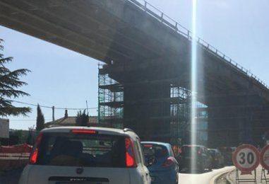 VIDEO/ Parolise, semaforo e caos sotto il ponte: traffico in tilt sull'Ofantina
