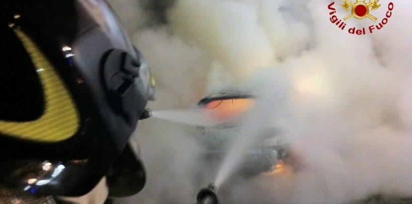 Incendio di un'auto in via Guerriero, l'intervento dei caschi rosso