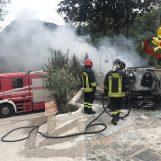 VIDEO/ Auto in fiamme a Solofra, l'intervento dei caschi rossi di Avellino
