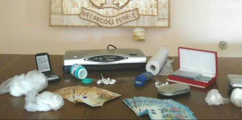 Beccato con la cocaina e arrestato: in casa ne nascondeva oltre 180 grammi e tutta l'attrezzatura per confezionare dosi