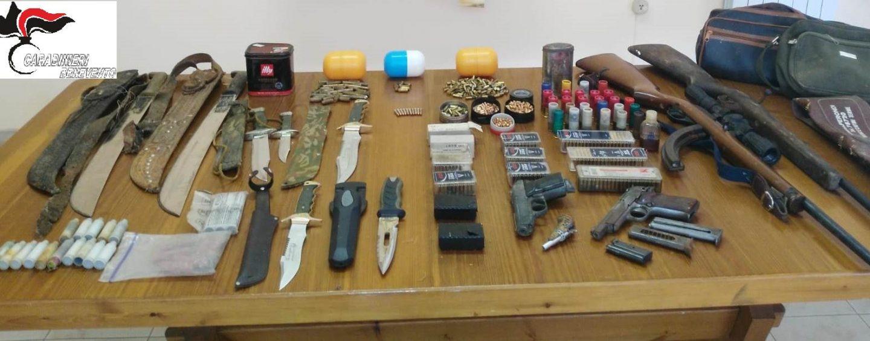 Bracciante agricolo nasconde un arsenale di armi e munizioni nella stalla: arrestato