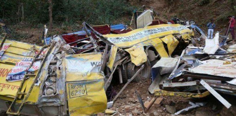 India, pullman esce da autostrada e cade in un fiume: 29 passeggeri morti e 18 feriti