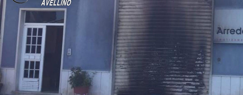In fiamme la saracinesca di un'azienda a Bonito. Indagano i carabinieri