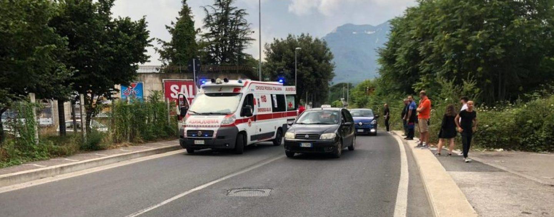 Incidente ad Avellino, 54enne in Vespa si scontra con un'auto