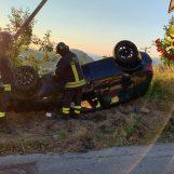 Due auto finiscono fuori strada: i caschi rossi recuperano un uomo incastrato nell'abitacolo