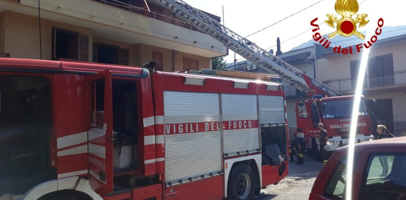 Brucia una villa di tre piani: gravi danni ma nessun ferito