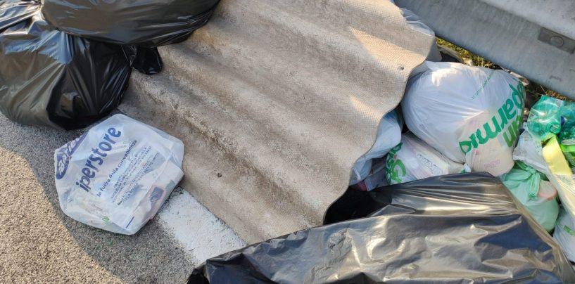 FOTO/ Rifiuti speciali e eternit abbandonati a Castel Del Lago: la denuncia delle Guardie Ambientali Ecozoofile