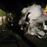Contro il muro con l'auto che va in fiamme, ferita una coppia ad Ariano