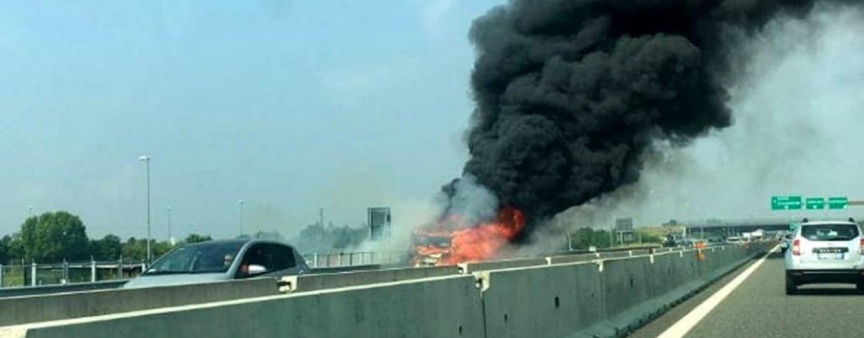 Incendio sull'autostrada A16: lunghe code tra Vallata e Grottaminarda