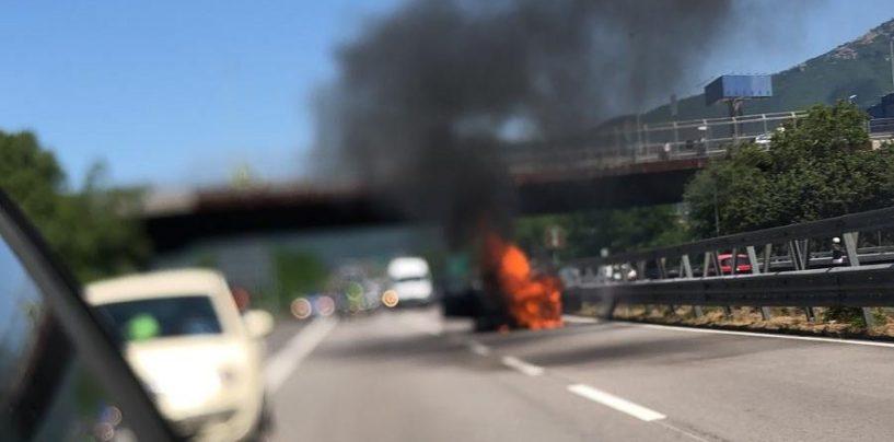 FOTO/ Autoveicolo in fiamme: lunghe code sul Raccordo Avellino-Salerno