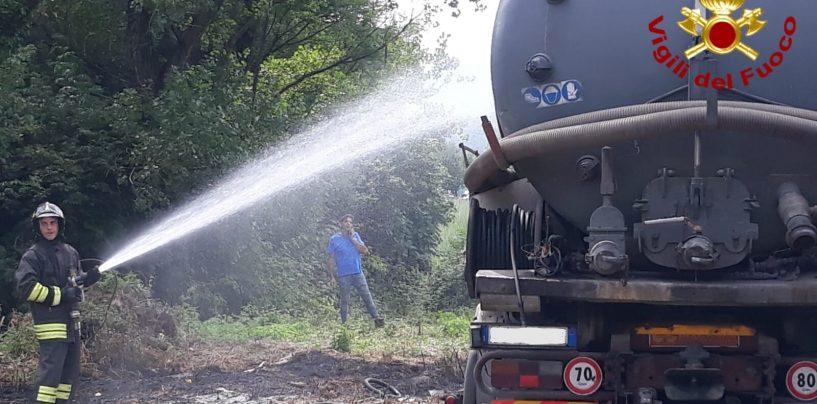 Autocarro adibito ad espurgo fogne prende fuoco a Solofra, pronto intervento dei caschi rossi