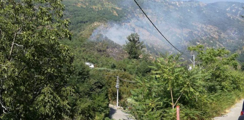 VIDEO/ Incendio nelle campagne di Quadrelle: sul posto anche l'elicottero regionale