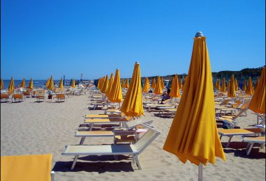 Sempre più ombrelloni chiusi: quasi la metà degli italiani non può permettersi una vacanza