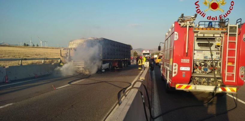 Vallata, tir di pomodori in fiamme sull'autostrada