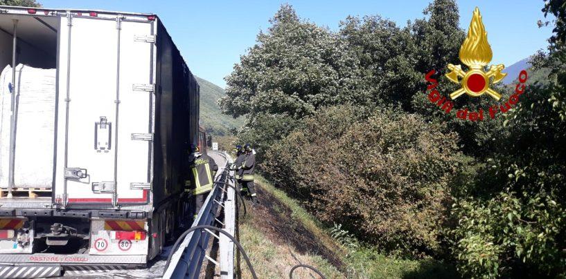 Autotreno in fiamme lungo l'A16, i Vigili del Fuoco evitano il peggio