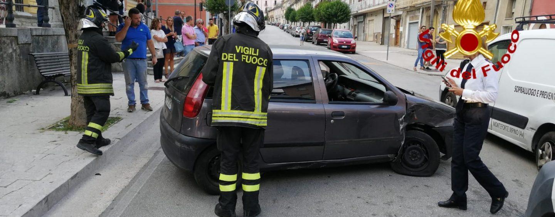 """Sbanda e finisce contro auto in sosta. 45enne """"liberato"""" dai vigili del Fuoco, è in ospedale"""