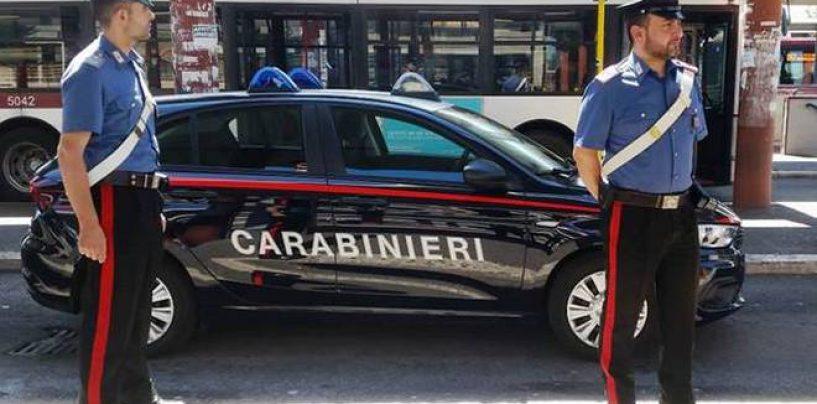 Roma: litiga con fidanzata e rompe a testate vetro bus, denunciato 17enne