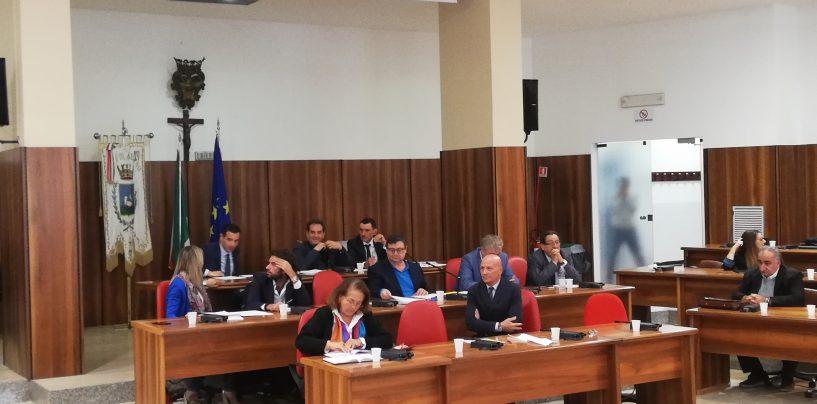 Variazioni di bilancio, i consiglieri comunali vicini a Livio Petitto si astengono: prime crepe in maggioranza